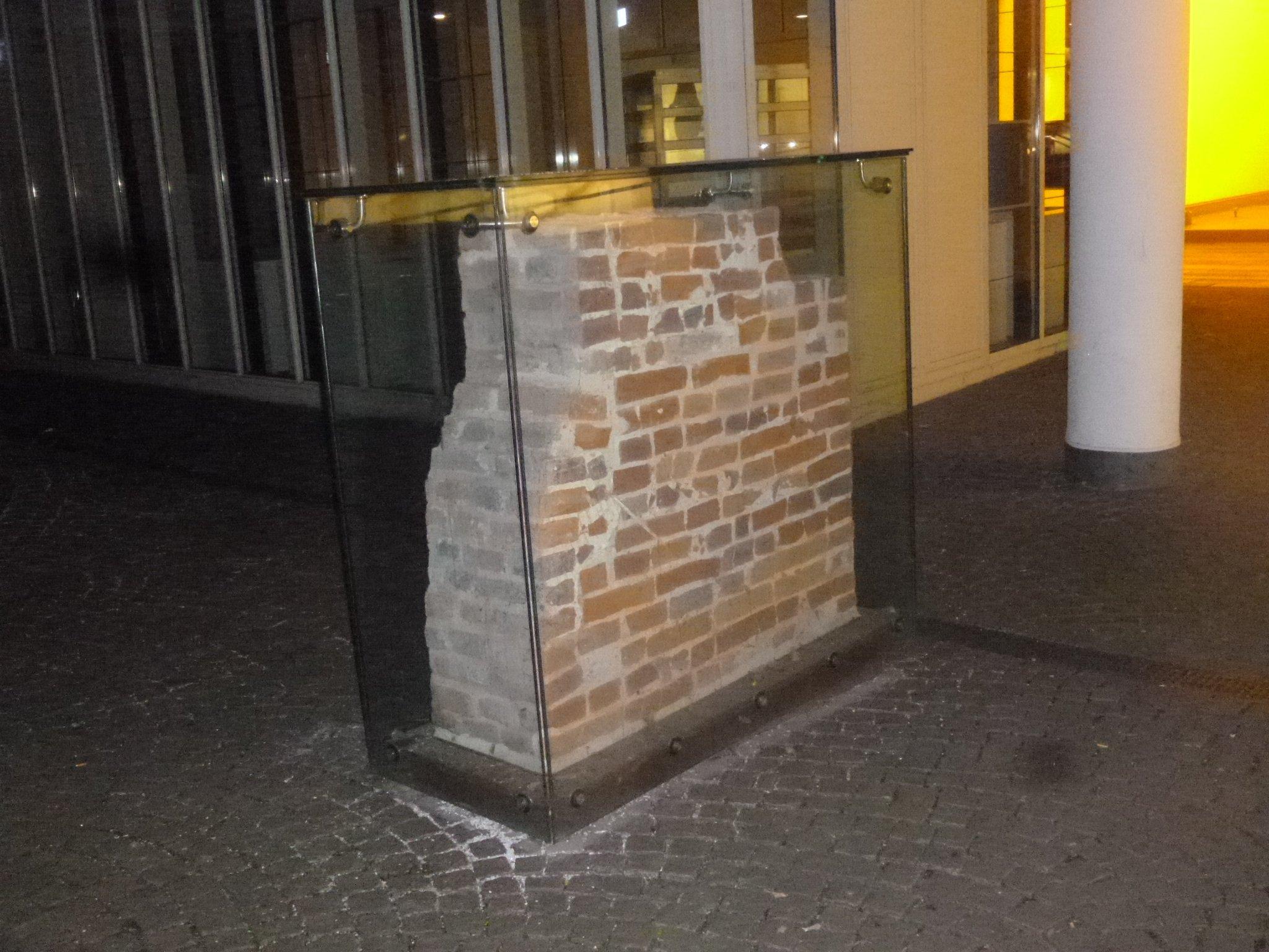 Mauerwerk hinter Glas