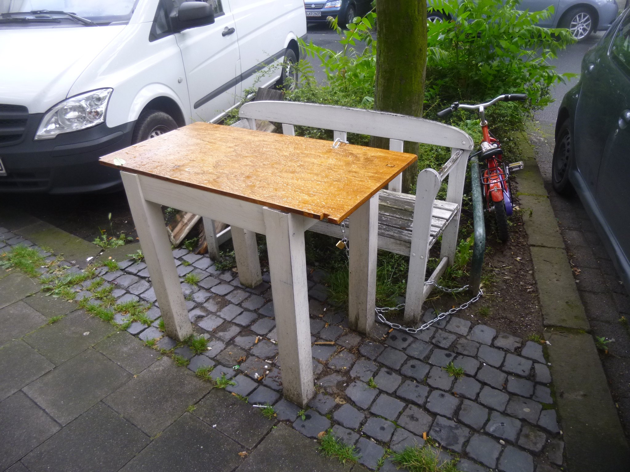 Bank + Tisch... angekettet